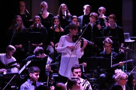 Solisten Anna Vass tillsammans med Musikskolans symfoniorkester framför en hyllning till Queen. Foto: David Fryxelius.