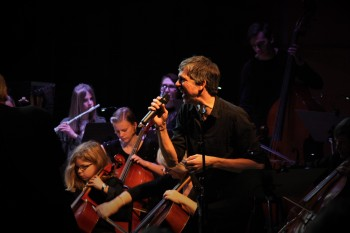 Tobias Östlund tillsammans med Musikskolans symfoniorkester framför en hyllning till Queen. Foto: David Fryxelius.