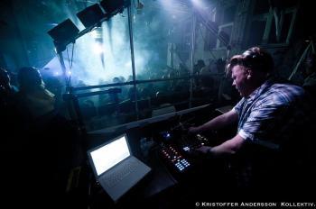 Fred White spelar på en klubb i Oslo. Foto: Kristoffer Andersson.
