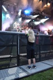 Yngst (?) i publiken på By Lightning på Arvika Hamnfest 2019. Foto: David Fryxelius.