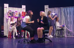 Hanna Elg och Ellen Väisänen i Legally Blonde. Foto: David Fryxelius.
