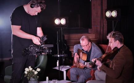 Niklas Nilsson filmar på Music against Covid-19 del 2 på Ritz. Foto: David Fryxelius.