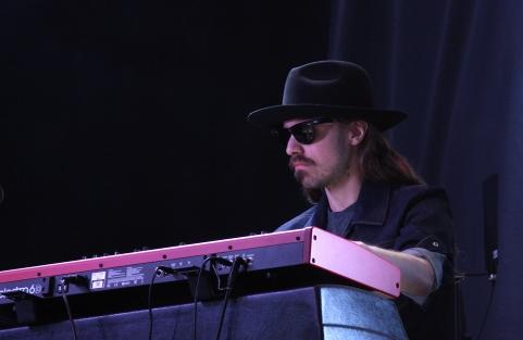 Emil Wachenfeldt i T-Bear and the Dukes på Piren Live 2020. Foto: David Fryxelius.