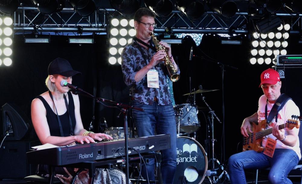 Brontosaurus Bounce på Viksholmsfestivalen 2021. Gästartist Mats Liljedahl. Foto: David Fryxelius.