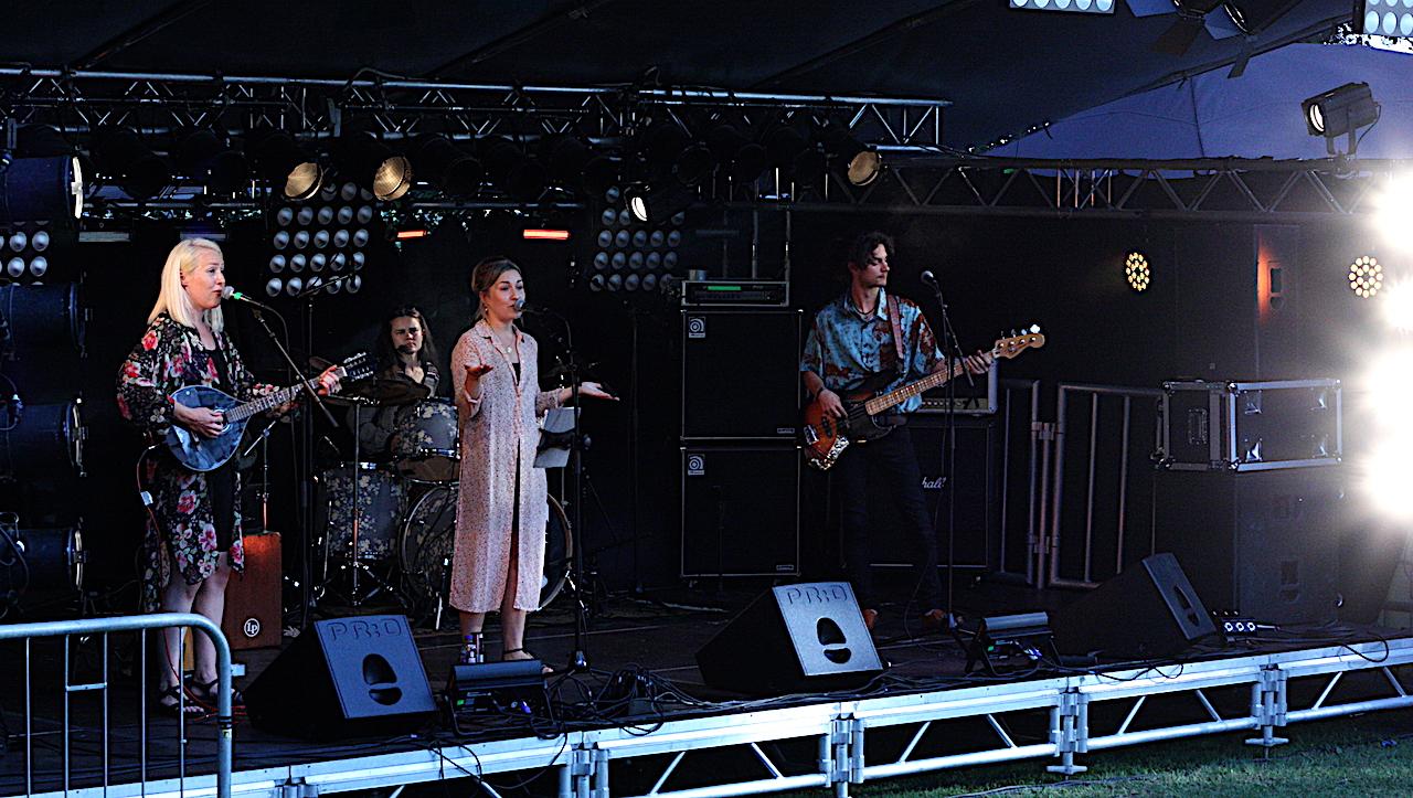 Systrarna Ericsson på Viksholmsfestivalen 2021. Foto: David Fryxelius.